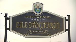 Une affiche souhaite la bienvenue dans la Municipalité de L'Île-d'Anticosti.