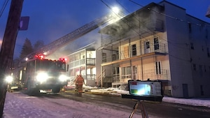 De la fumée noire s'échappait de cet immeuble de la rue Saint-Louis, au centre-ville de Sherbrooke.