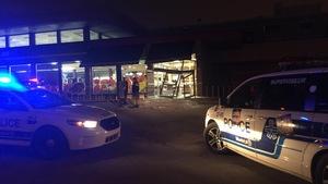 Deux voitures de police sont stationnées devant la porte d'entrée du supermarché à Cartierville.