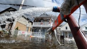 <em>La Vérif</em>: la qualité de l'eau potable des communautés inondées menacée