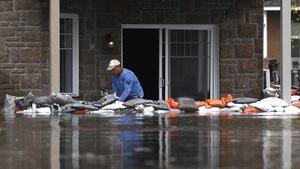 Un sinistré de Gatineau tente de prévenir les dégâts que pourraient causer les inondations à son appartement avec des sacs de sable.