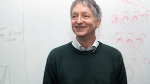 Photo du professeur Geoffrey Hinton devant un tableau en classe
