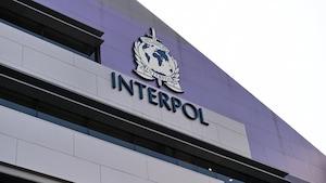 Logo d'Interpol sur l'extérieur d'un édifice