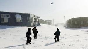 Des enfants jouent au soccer dans la neige dans la petite ville de Baker Lake, au Nunavut.
