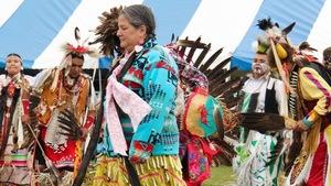 Isabelle Mapatchee lors d'une danse traditionnelle au pow-wow de Pikogan.