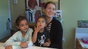 Une mère est ses deux jeunes filles.