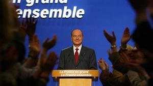 Jacques Chirac derrière un lutrin. On peut y lire son slogan de campagne, «La France en grand, la France ensemble».