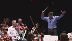 Un fabricant d'escaliers crée une baguette de chef d'orchestre