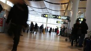 Des personnes circulent dans l'aéroport international James Armstrong Richardson de Winnipeg, au Manitoba.