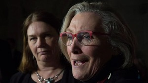 La ministre fédérale de la Santé, Jane Philpott (à gauche), et sa collègue aux Affaires autochtones, Carolyn Bennett.