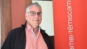 Jean-Claude Martel, dans les studios d'ICI Radio-Canada en Abitibi-Témiscamingue.
