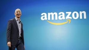 Le fondateur d'Amazon Jeff Bezos lors d'une annonce à Seattle, il est l'homme le plus riche au monde selon Bloomberg.