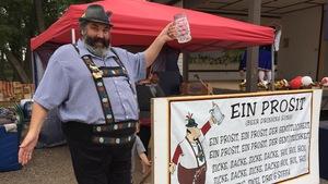 Jeff Leuschen, l'un des organisateurs du 60e anniversaire de la communauté allemande de Saskatoon, lève son verre à la fête.
