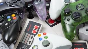 Des manettes de diverses consoles de jeux vidéo.