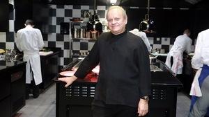 Joël Robuchon dans la cuisine d'un de ses restaurants
