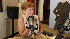 Mme Laramée accorde une entrevue en studio.