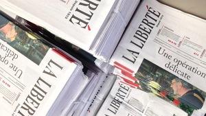 Plusieurs piles de journaux.