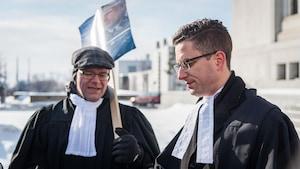 Deux juristes du Québec manifestent devant l'immeuble de la Cour suprême du Canada, le mercredi 1er février 2017, au 101e jour de grève observée par leur syndicat, Laneq