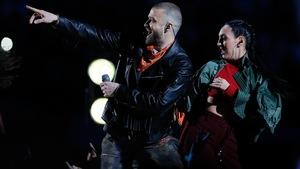 Le chanteur Justin Timberlake pointe son doigt vers la foule lors de la mi-temps du Super Bowl à Minneapolis.