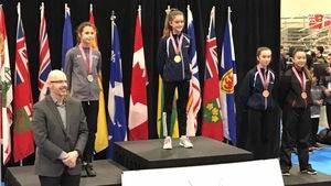 Catherine trône sur la première marche du podium, médaillée d'or chez les 12-13 ans