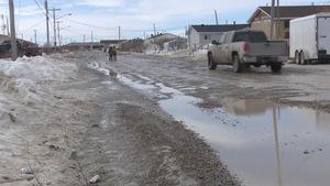 Une rue dans la Première Nation de Kashechewan dans le Nord de l'Ontario