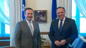 Les premiers ministres Jason Kenney et François Legault, dans le bureau de M. Legault, souriant tous les deux.