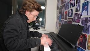 Kian Nojoumian jouant sur le clavier donné par Jason Howland.