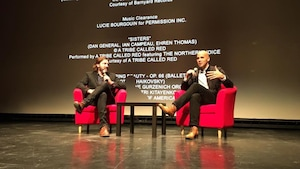 Le chroniqueur Guillaume Hubermont s'entretient avec le réalisateur Kim Nguyen après la projection du film Un ours et deux amants en ouverture du Festival du film de Sept-Îles.
