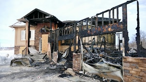 Une structure d'une maison brûlée.
