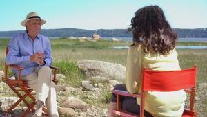 L'animatrice Catherine Mercier en entretien avec Yvon Leblanc sur le bord du fleuve.