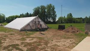 Seul le toit de la serre est situé au-dessus de la terre.