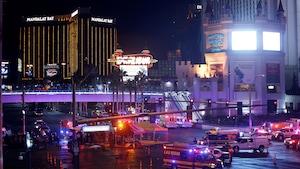 Des voitures de police et des ambulances au coin de l'avenue Tropicana et du boulevard Las Vegas
