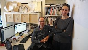 Mason White et Lola Sheppard, fondateurs de Lateral Office, un bureau spécialisé en architecture nordique basé à Toronto.