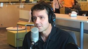 Laurie LeBlanc au micro de l'émission Le Réveil du N.-B., de Radio-Canada Acadie