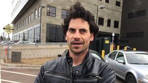 Daniel LeBlanc interviewé devant le palais de justice de Moncton