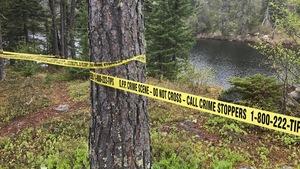 Les lieux de l'enquête délimité avec un ruban jaune de la police interdisant l'accès.