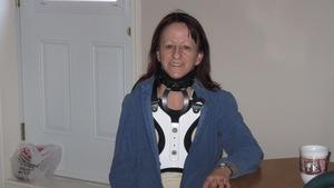 Mme Ouellet avec un corset cervico-thoracique.
