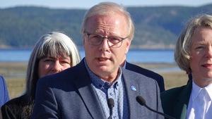 Jean-François Lisée entouré de candidats du Parti québécois