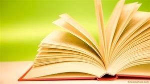 Un livre ouvert sur fond vert