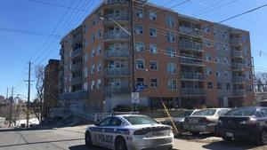L'édifice à logement où un cadavre et un enfant ont été retrouvés.