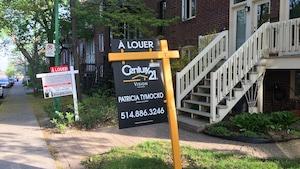 Deux pancartes à louer devant des condominiums