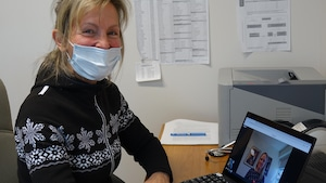 Louise Caron, médecin omnipraticienne à la Clinique Saint-Louis, en train de faire une consultation à distance avec une patiente.