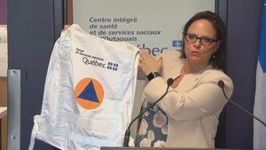 Lucie Charlebois rappelle que les sinistrés qui ont besoin d'aide psychologique peuvent s'adresser aux travailleurs qui portent les dossards du ministère de la Santé et des Services sociaux.