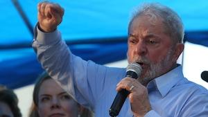 L'ex-président Lula harangue la foule à Porto Allegre.