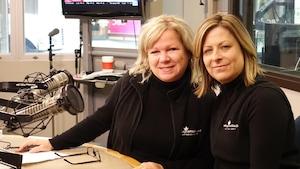 Christine Bacon et Magali Lewis posent côte à côte dans le studio de la radio de Radio-Canada Ottawa-Gatineau.