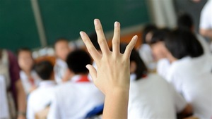 Un élève lève la main en classe