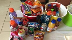 Des bonbons, des boissons sucrées et des craquelins sur une table