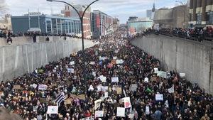 Une mer de jeunes manifestants défilent sur la rue Berri au centre-ville de Montréal.