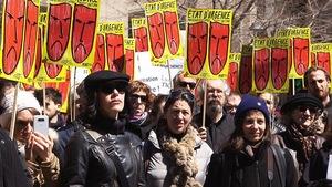 Plusieurs dizaines d'artistes et de travailleurs du milieu culturel ont manifesté, lundi à Montréal, pour un « redressement immédiat » des crédits du Conseil des arts et des lettres du Québec (CALQ).