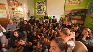 Des jeunes rassemblés dans une pièce.